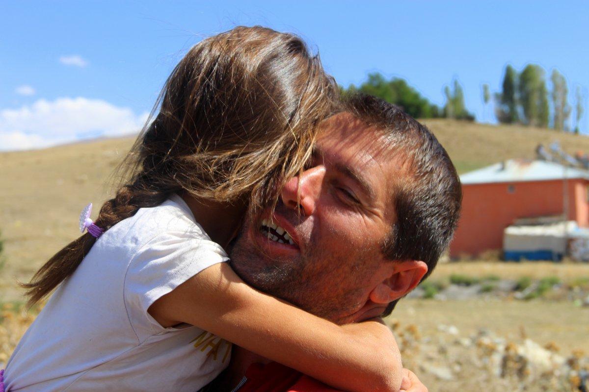 Erzurum'da fedakar baba: Çocuklarını okul servisine sırtında taşıyor #1