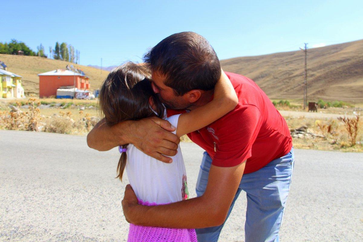 Erzurum'da fedakar baba: Çocuklarını okul servisine sırtında taşıyor #5