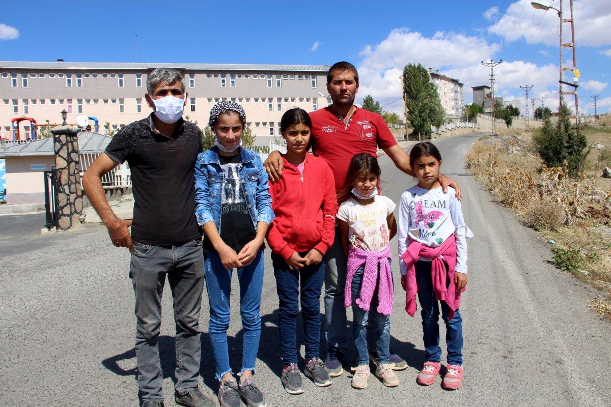 Erzurum'da fedakar baba: Çocuklarını okul servisine sırtında taşıyor #6