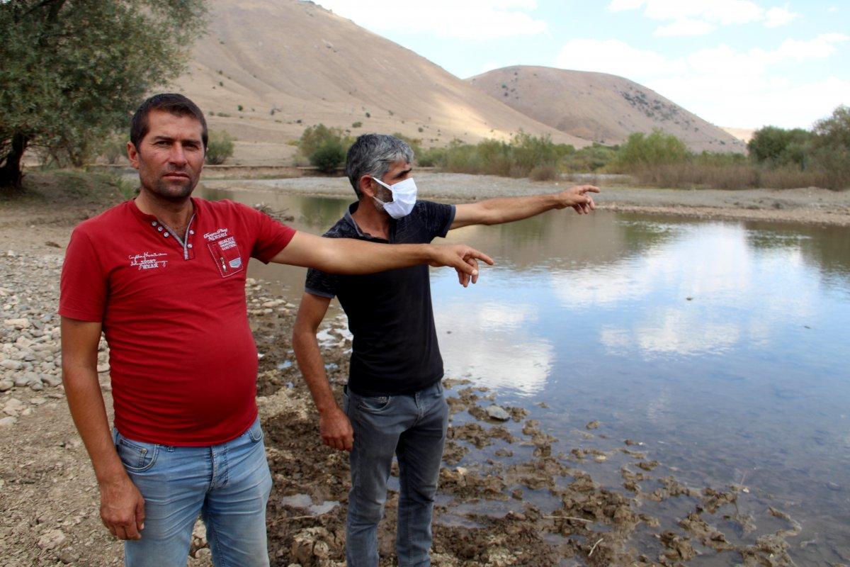 Erzurum'da fedakar baba: Çocuklarını okul servisine sırtında taşıyor #2