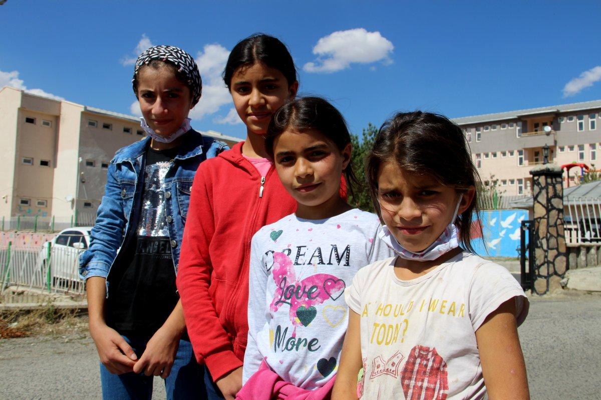 Erzurum'da fedakar baba: Çocuklarını okul servisine sırtında taşıyor #4