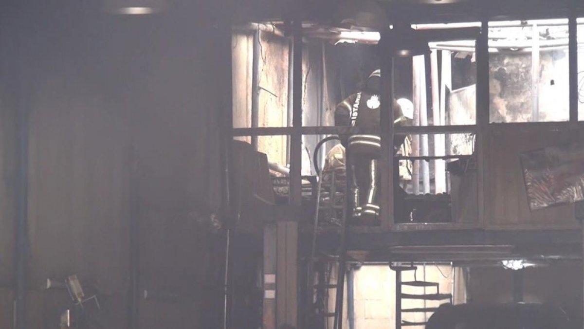 Şişli'de çıkan yangında esnaf yanmak üzere olan kediyi kurtardı #3