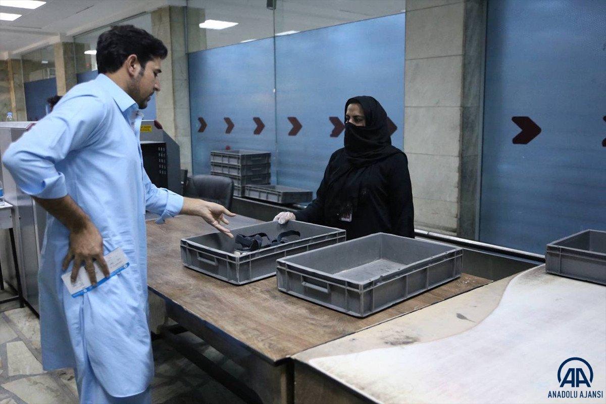 Kabil de havalimanında çalışan kadınlar, işlerine geri döndü #7