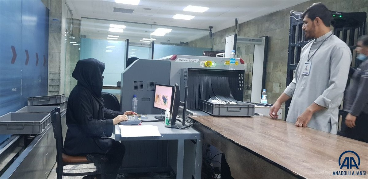 Kabil de havalimanında çalışan kadınlar, işlerine geri döndü #2