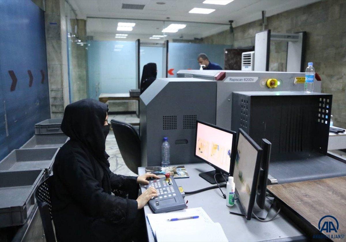 Kabil de havalimanında çalışan kadınlar, işlerine geri döndü #9