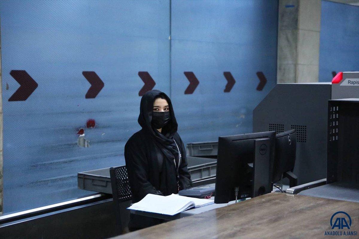 Kabil de havalimanında çalışan kadınlar, işlerine geri döndü #4