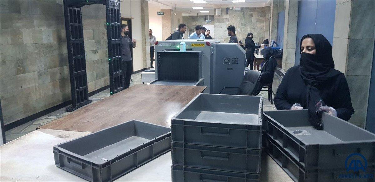 Kabil de havalimanında çalışan kadınlar, işlerine geri döndü #3