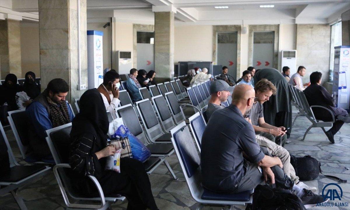 Kabil de havalimanında çalışan kadınlar, işlerine geri döndü #8