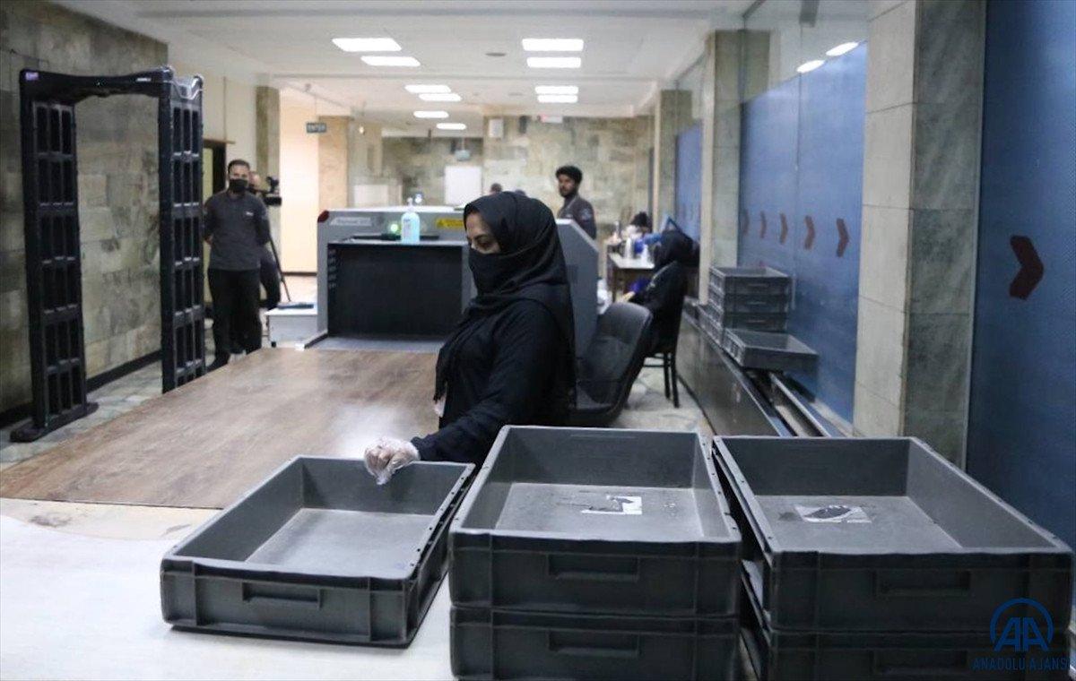 Kabil de havalimanında çalışan kadınlar, işlerine geri döndü #6