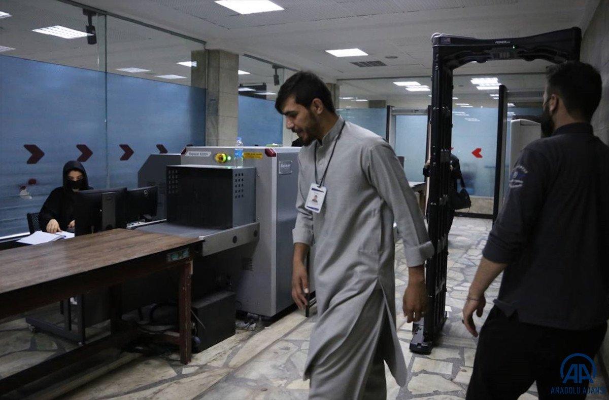 Kabil de havalimanında çalışan kadınlar, işlerine geri döndü #5