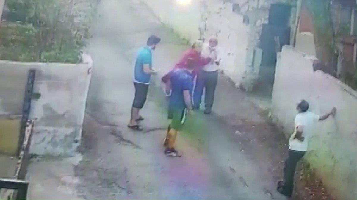 Beykoz'da, sokak köpeğini besleyen adamı komşuları tehdit etti  #1
