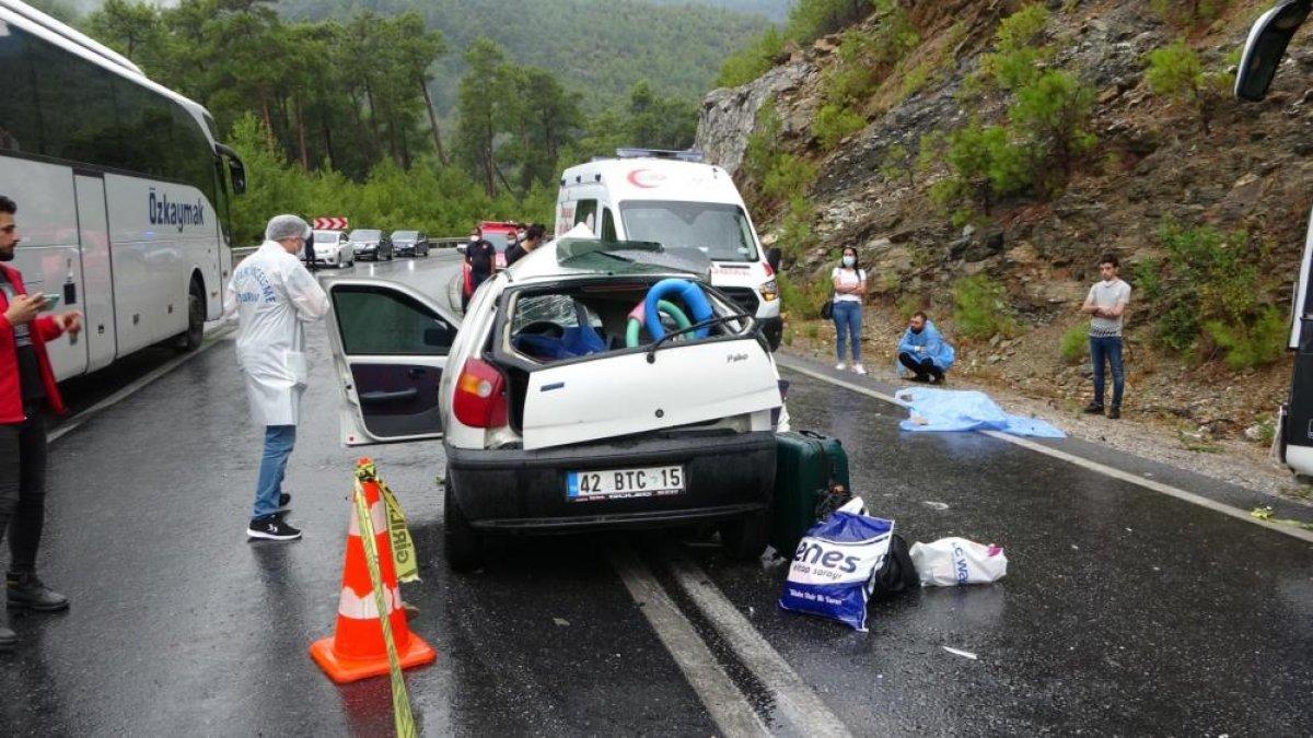Antalya da seyir halindeki otomobil kaza yaptı: 2 ölü 2 yaralı  #2