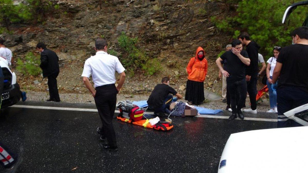 Antalya da seyir halindeki otomobil kaza yaptı: 2 ölü 2 yaralı  #5