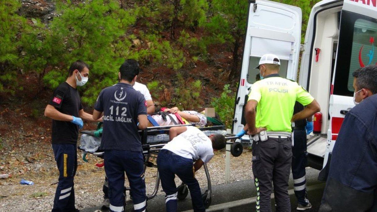 Antalya da seyir halindeki otomobil kaza yaptı: 2 ölü 2 yaralı  #3