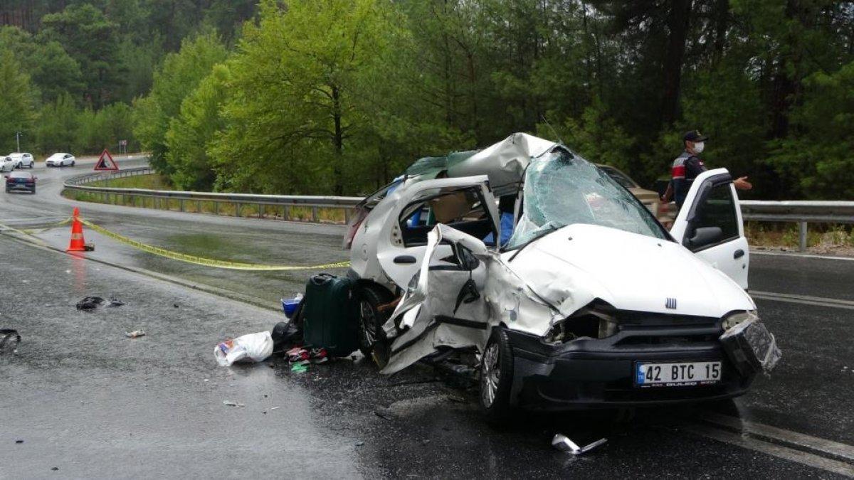 Antalya da seyir halindeki otomobil kaza yaptı: 2 ölü 2 yaralı  #1