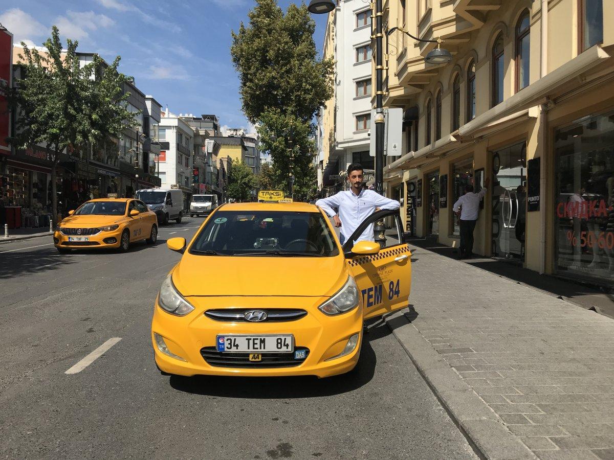İstanbul'da taksi sürücüsü, araçta unutulan paraları sahiplerine ulaştırdı #2