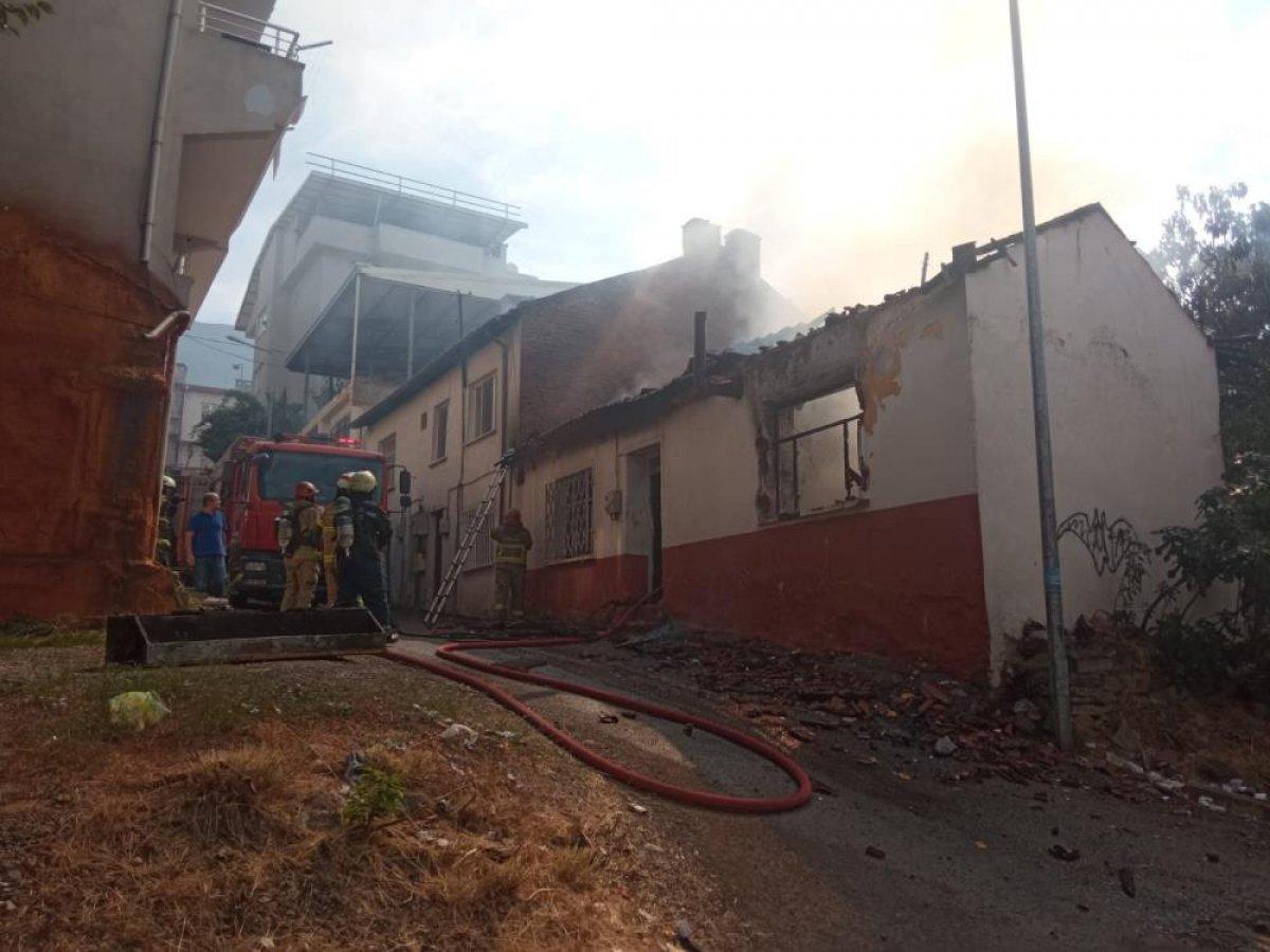 Bursa da kullanılmayan ahşap evi yakan tinerci izini kaybettirdi #4