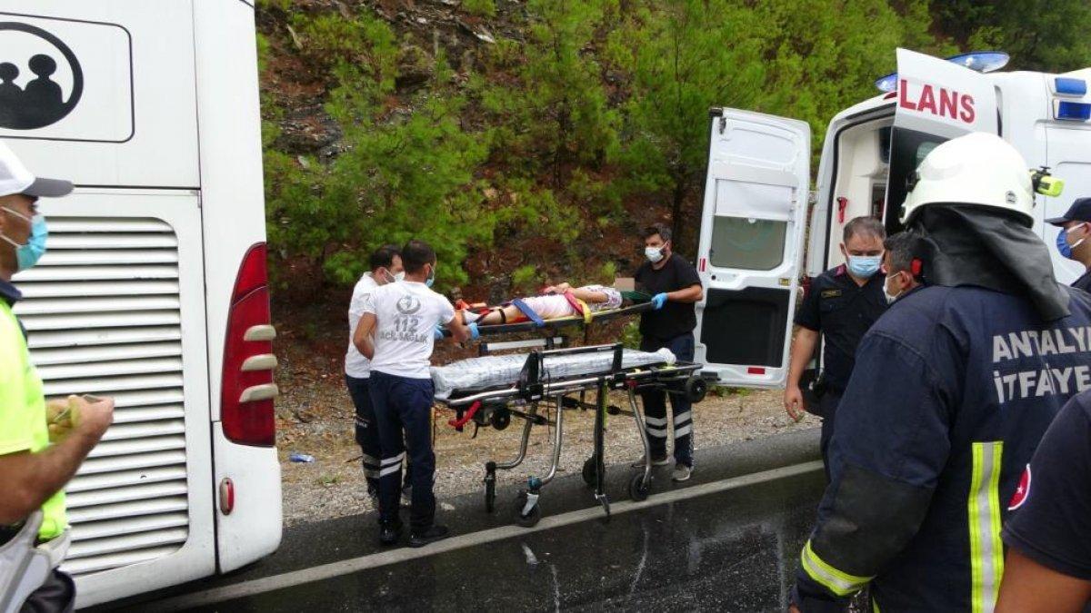 Antalya da seyir halindeki otomobil kaza yaptı: 2 ölü 2 yaralı  #4