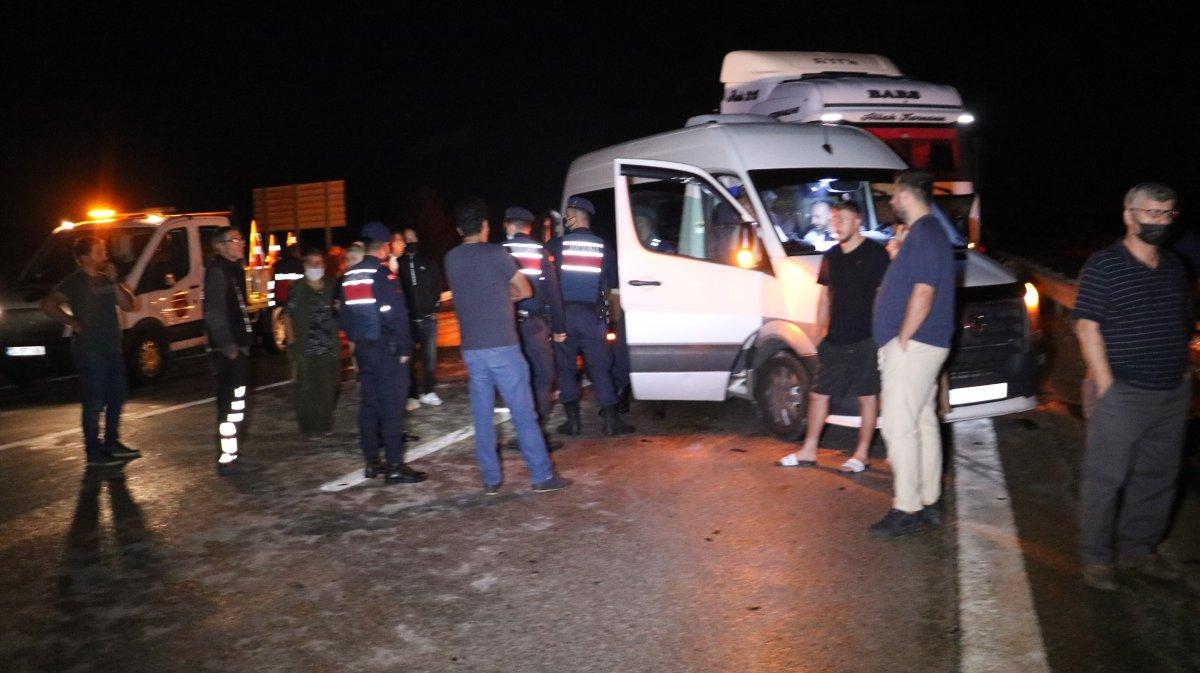 Edirne de tırın yola devrilmesi sonucu 6 kişi yaralandı #4