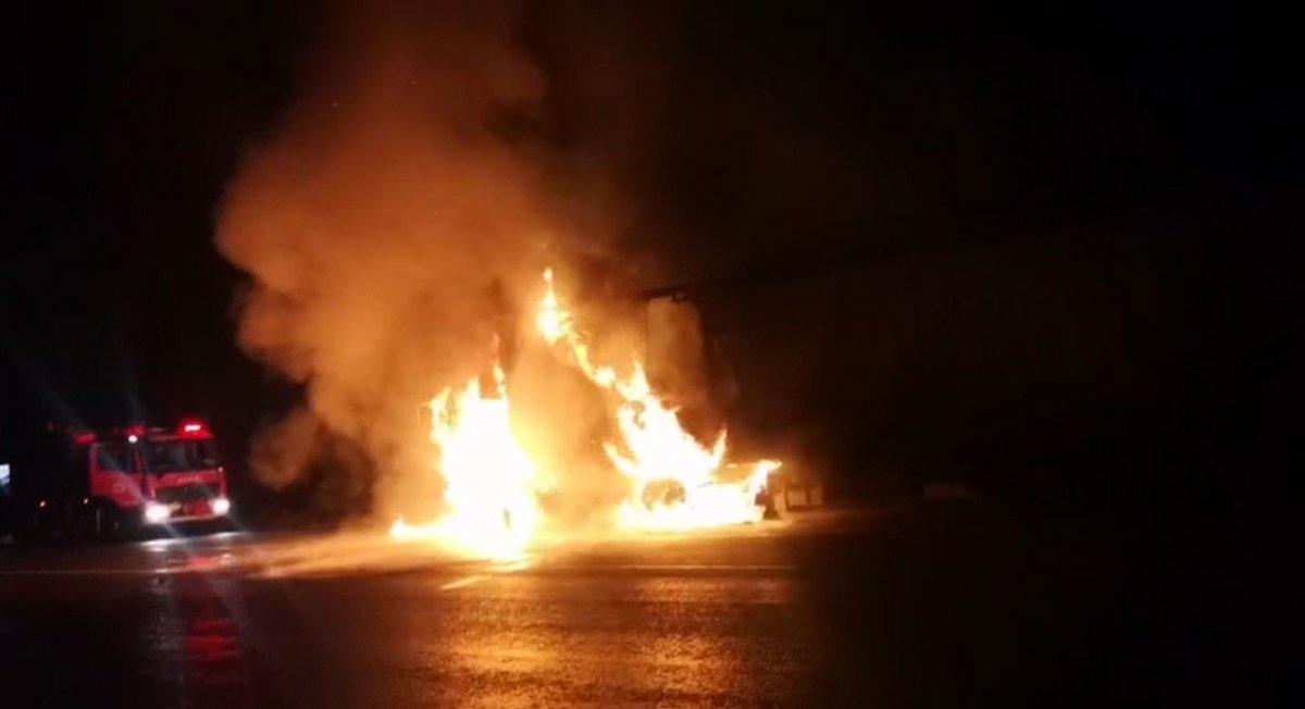 Sivas tan Tokat a doğru giden tır yanmaya başladı #1