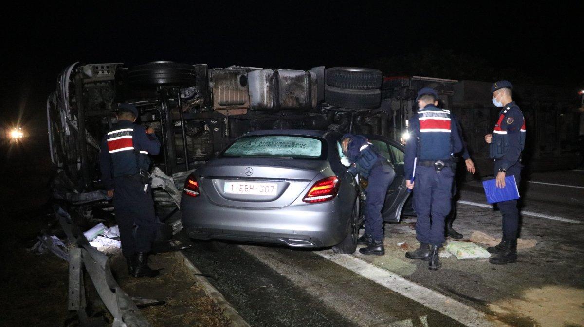 Edirne de tırın yola devrilmesi sonucu 6 kişi yaralandı #2