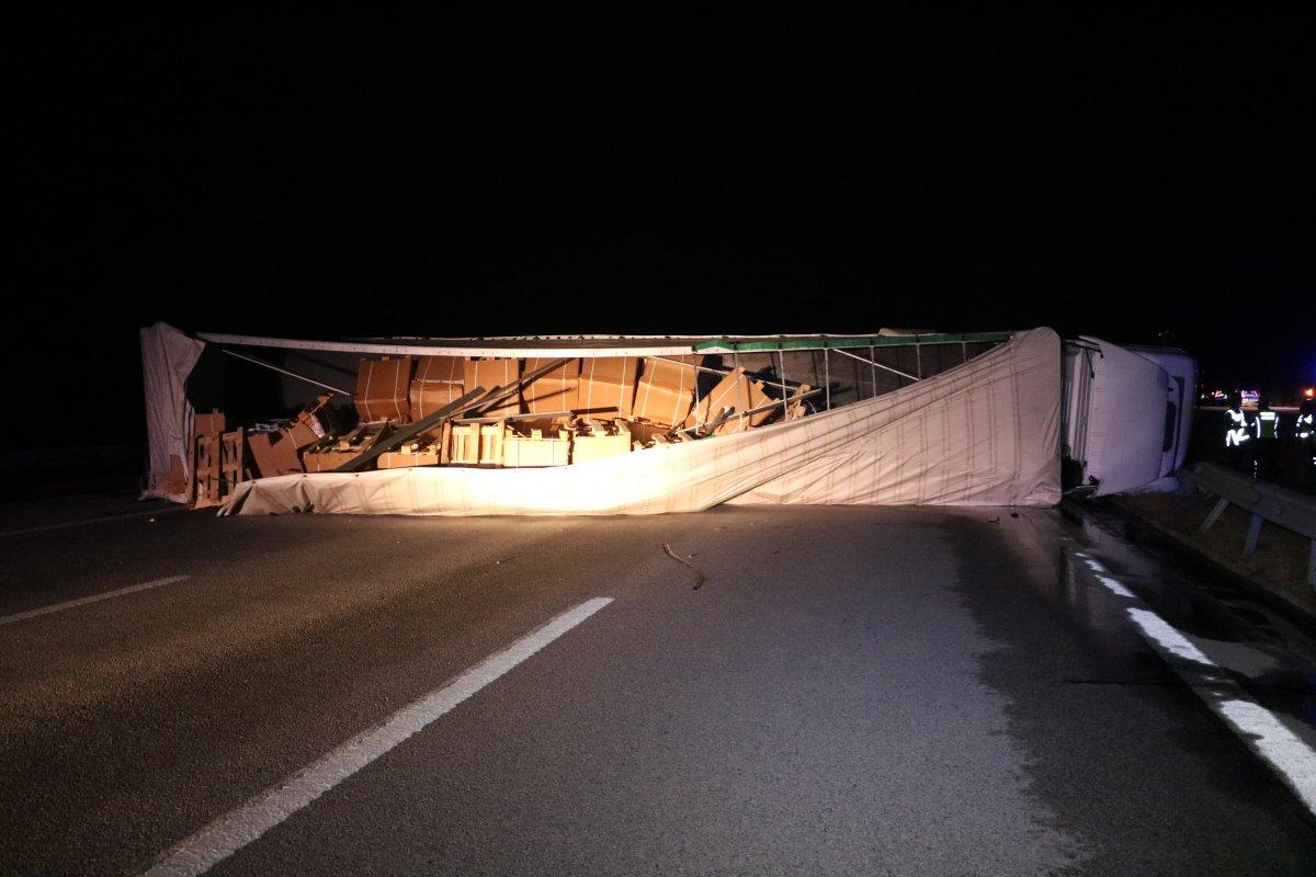 Edirne de tırın yola devrilmesi sonucu 6 kişi yaralandı #1