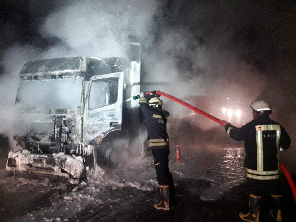 Sivas tan Tokat a doğru giden tır yanmaya başladı #2