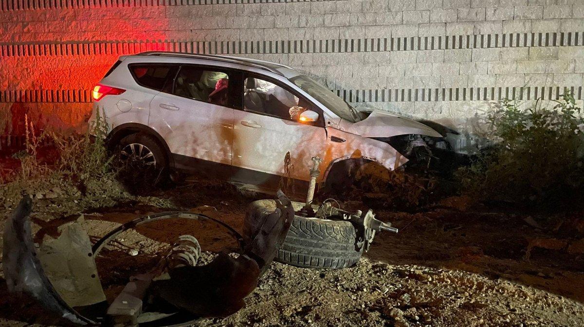 Bursa da ciple duvara çarpan sürücü olay yerinden kaçtı #2