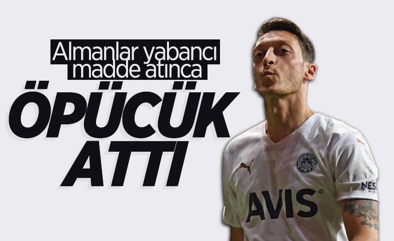 Mesut Özil'den Frankfurt taraftarlarına öpücük