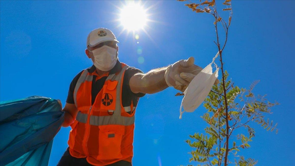 Karayolları nın  turuncu adamlar ı, bilinçsizce atılan maskeleri temizliyor #3