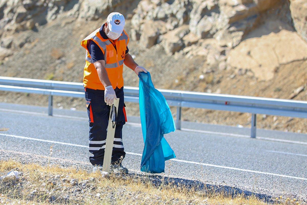 Karayolları nın  turuncu adamlar ı, bilinçsizce atılan maskeleri temizliyor #1