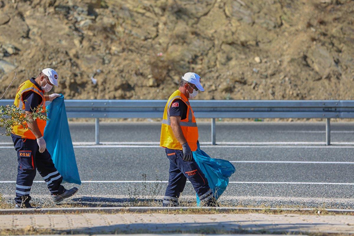 Karayolları nın  turuncu adamlar ı, bilinçsizce atılan maskeleri temizliyor #2