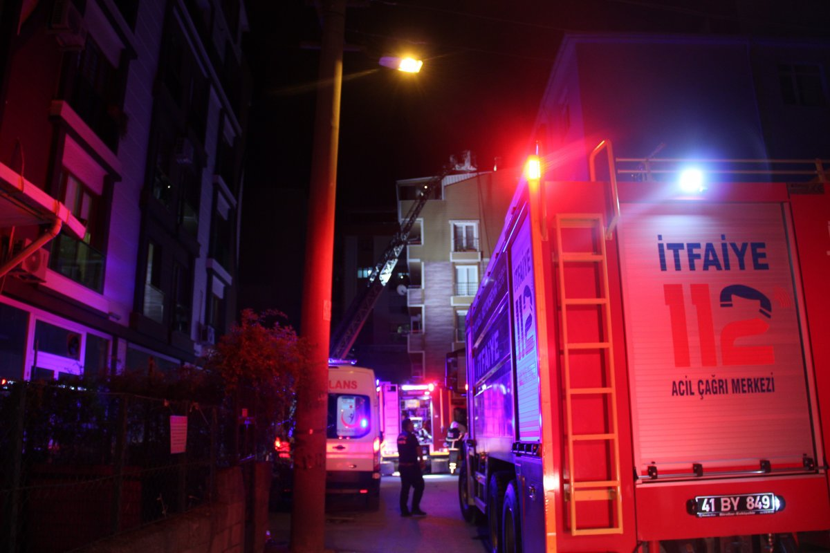 Kocaeli nde 6 katlı binanın çatı katında yangın çıktı #1
