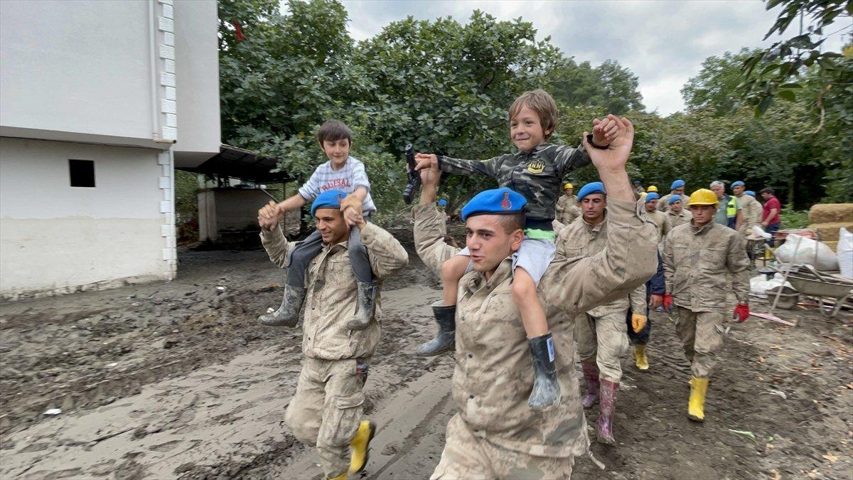 Kastamonu da sel felaketinin yaraları, jandarmanın desteğiyle sarıldı #10
