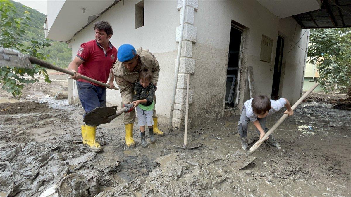 Kastamonu da sel felaketinin yaraları, jandarmanın desteğiyle sarıldı #9