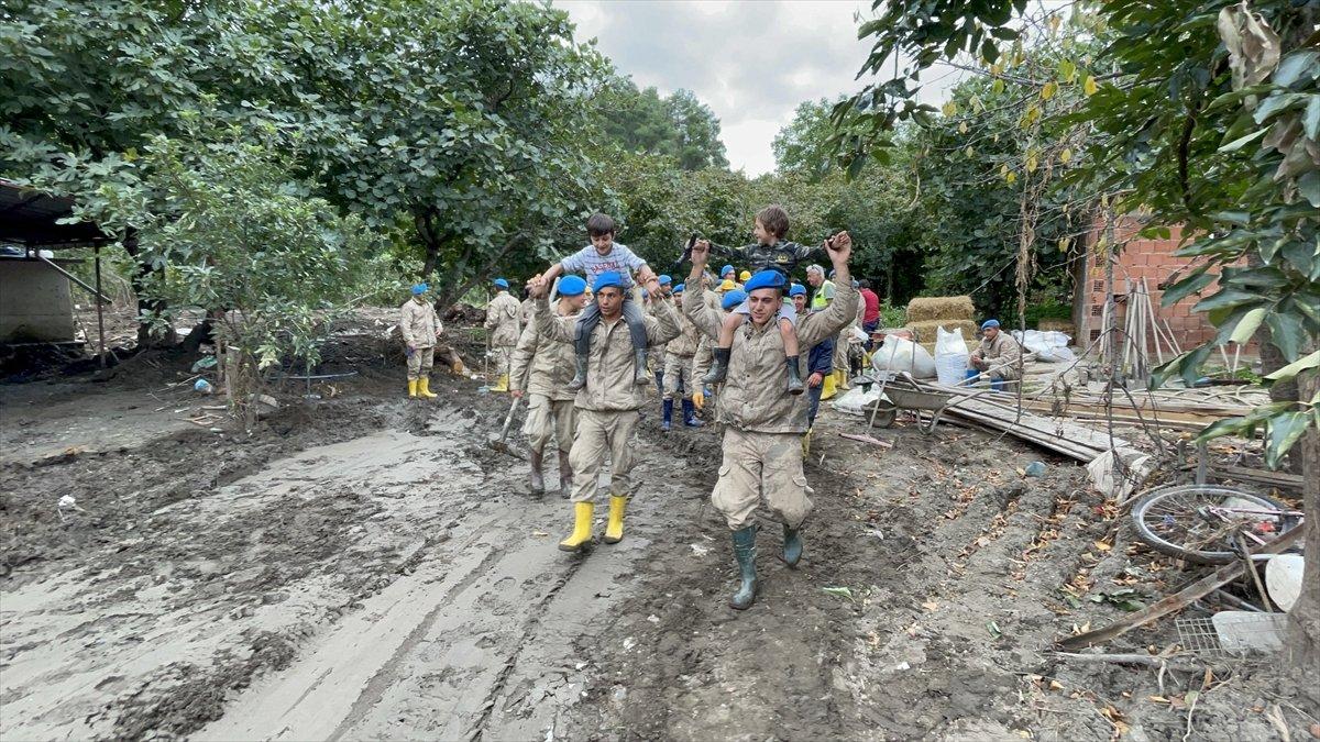 Kastamonu da sel felaketinin yaraları, jandarmanın desteğiyle sarıldı #11