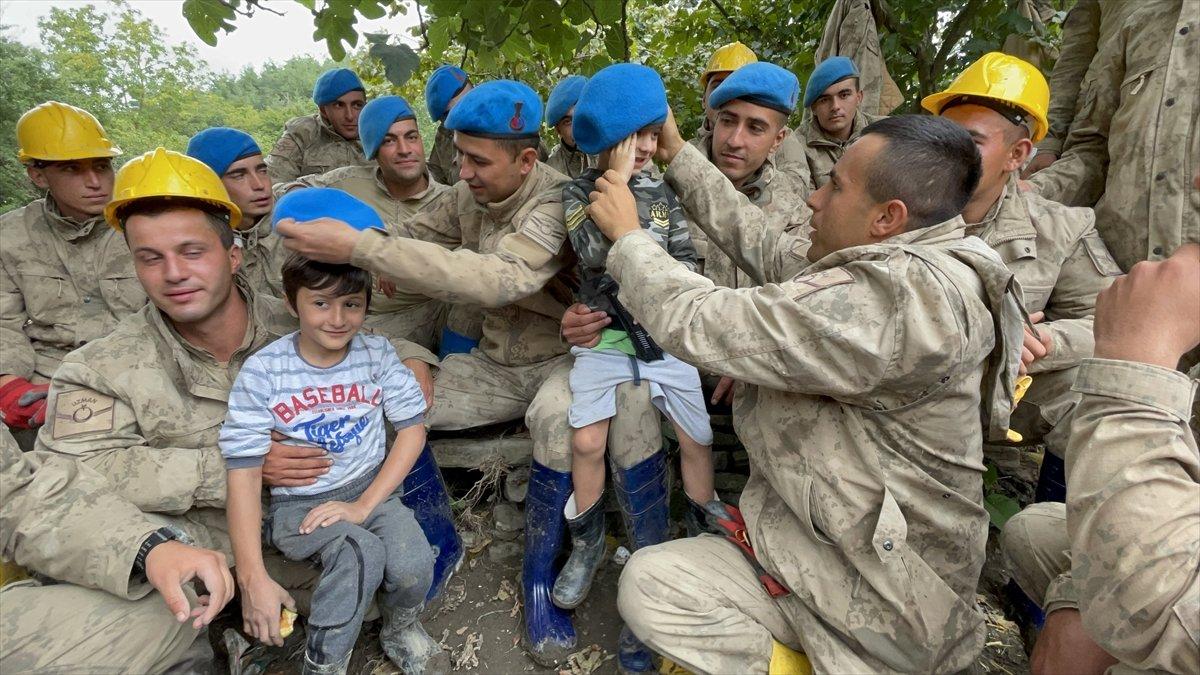 Kastamonu da sel felaketinin yaraları, jandarmanın desteğiyle sarıldı #12