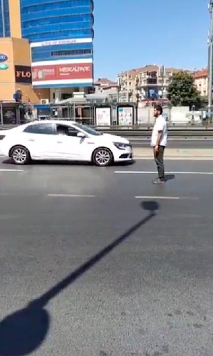 İstanbul da yol ortasında namaz kılan provokatöre  kıblen yanlış  tepkisi #3