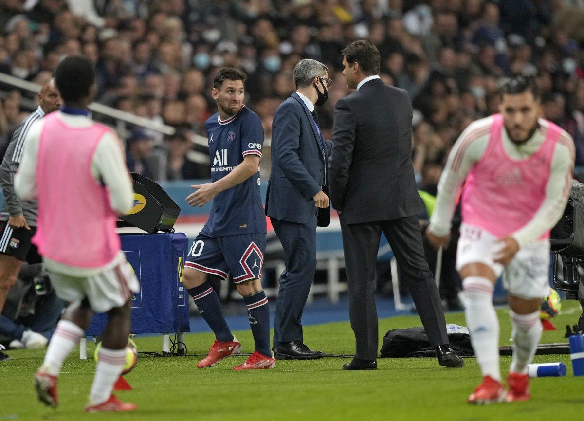 Oyundan alınan Lionel Messi hocasının elini sıkmadı #1
