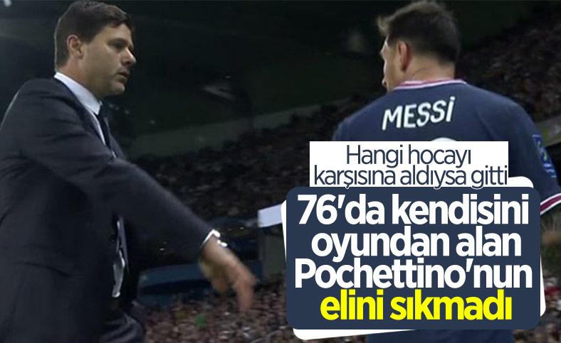 Oyundan alınan Lionel Messi hocasının elini sıkmadı