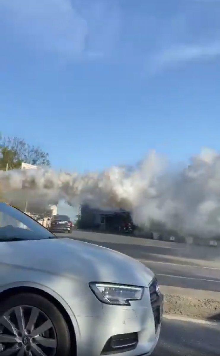 İstanbul da arızalanan İETT, dumanlar çıkararak yoluna devam etti #2