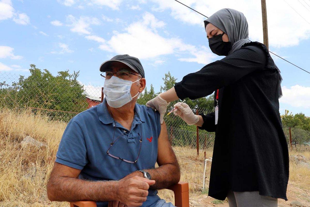 Elazığ da anonsla çağrılan köylüler, taziyeevinde koronavirüs aşısı oluyor #4