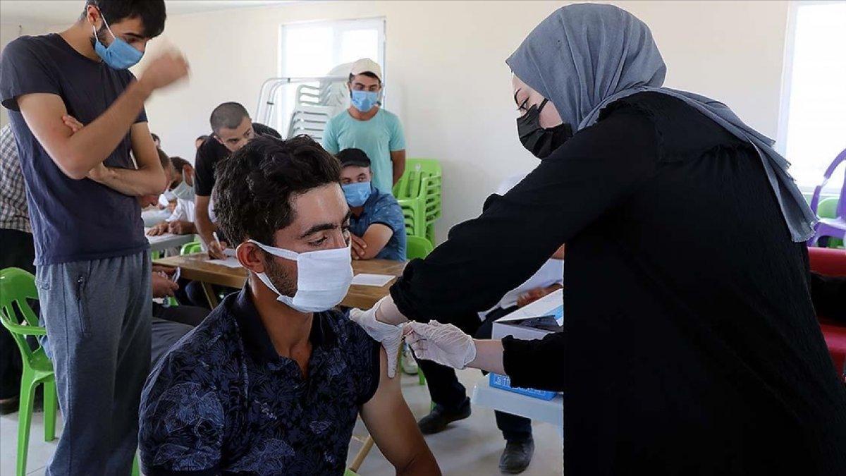 Elazığ da anonsla çağrılan köylüler, taziyeevinde koronavirüs aşısı oluyor #1