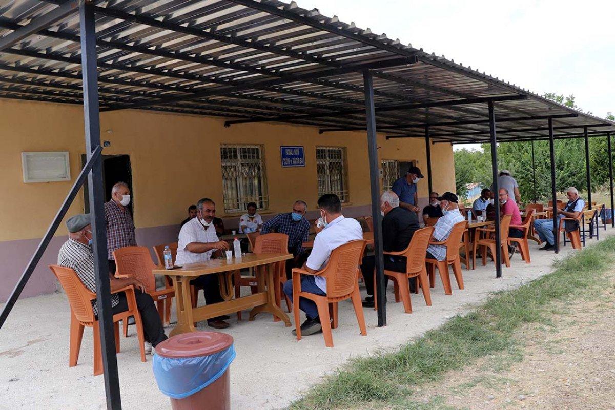 Elazığ da anonsla çağrılan köylüler, taziyeevinde koronavirüs aşısı oluyor #3