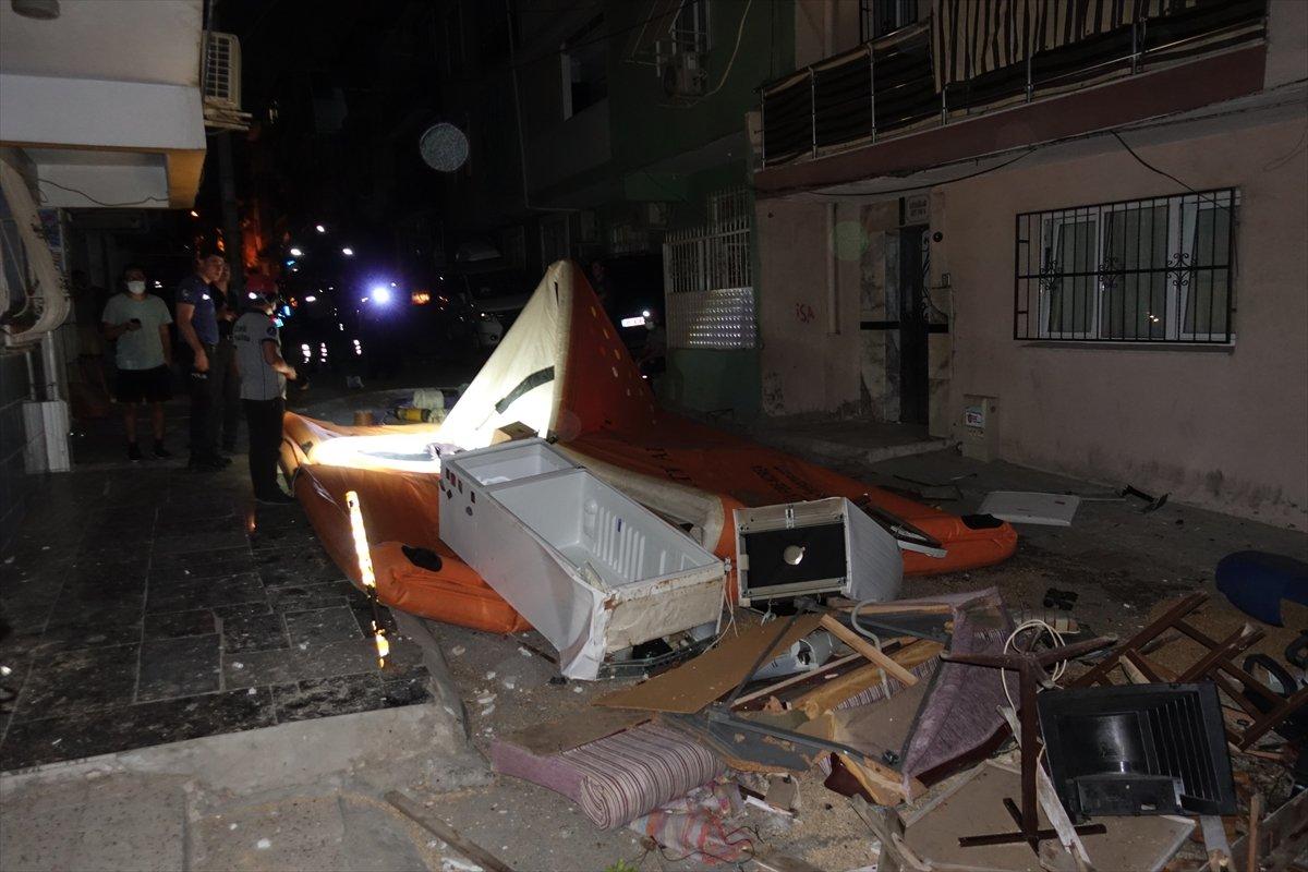 İzmir de ev sahibi ile tartışan kiracı eşyalarını sokağa attı #3