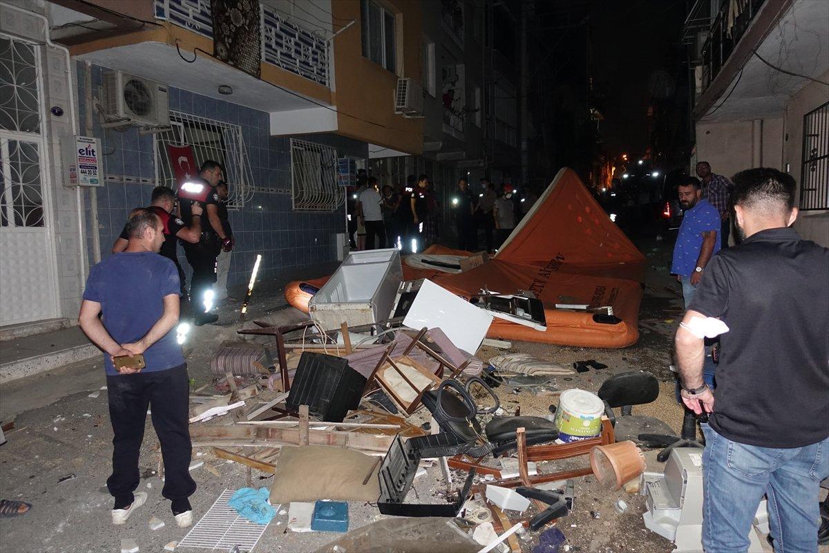 İzmir de ev sahibi ile tartışan kiracı eşyalarını sokağa attı #1