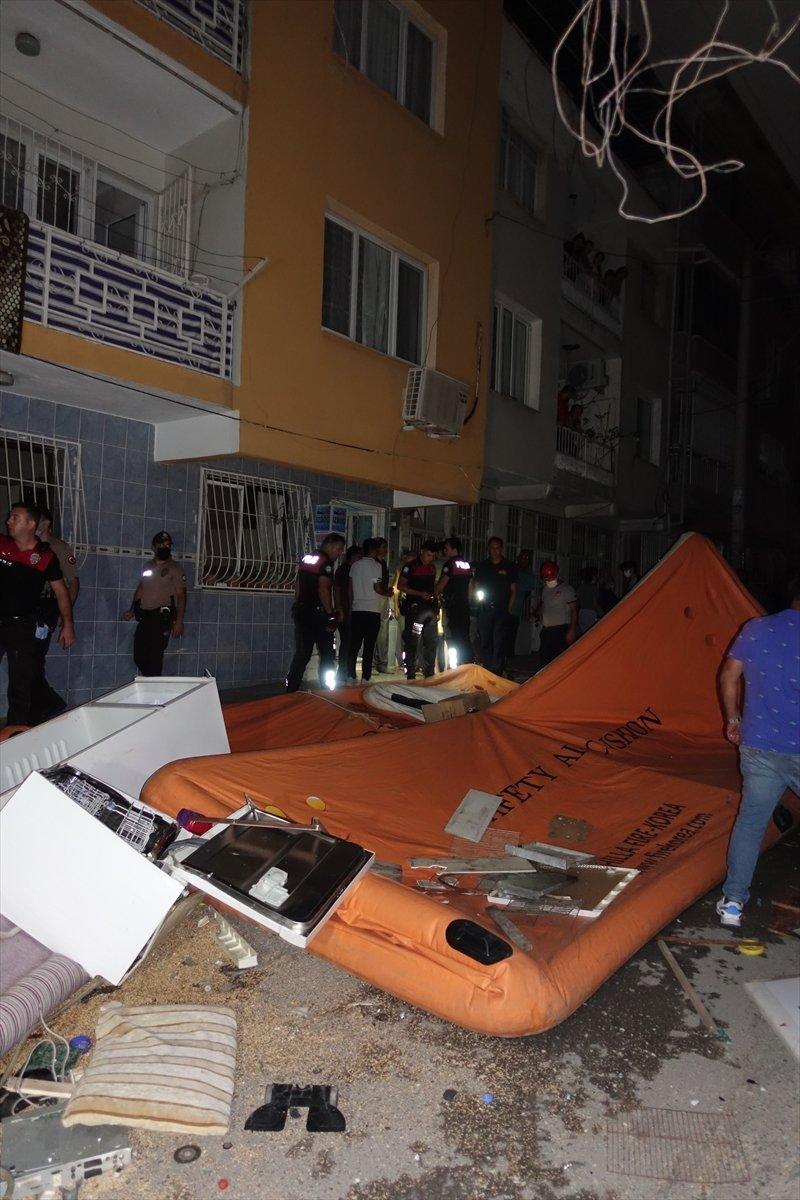 İzmir de ev sahibi ile tartışan kiracı eşyalarını sokağa attı #4