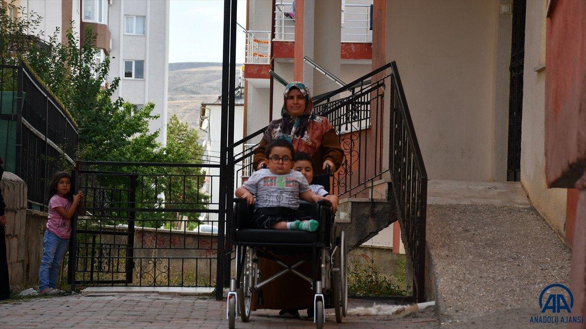 Sivas ta cam kemik hastası ikizlere tekerlekli sandalye üretildi #4