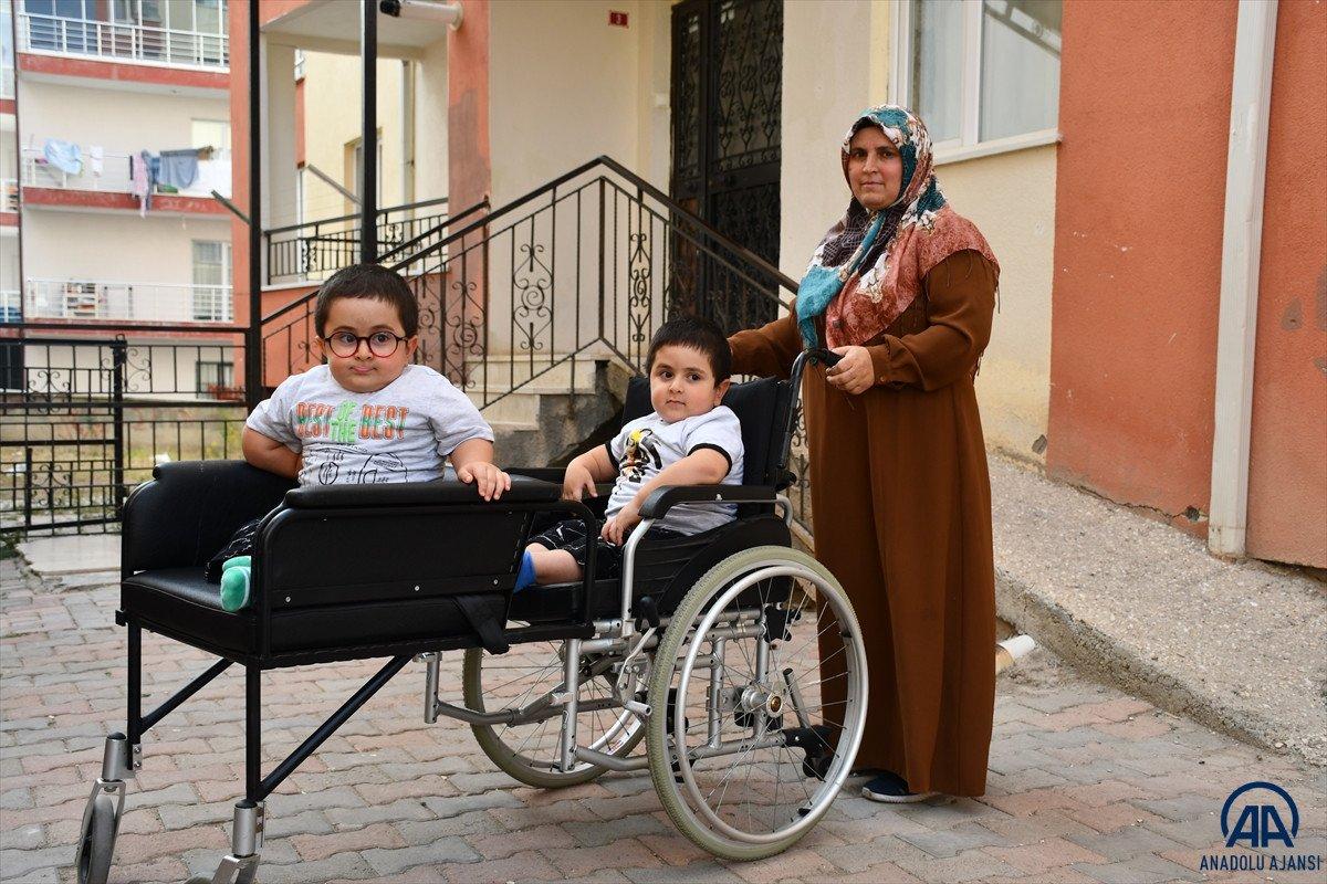 Sivas ta cam kemik hastası ikizlere tekerlekli sandalye üretildi #1