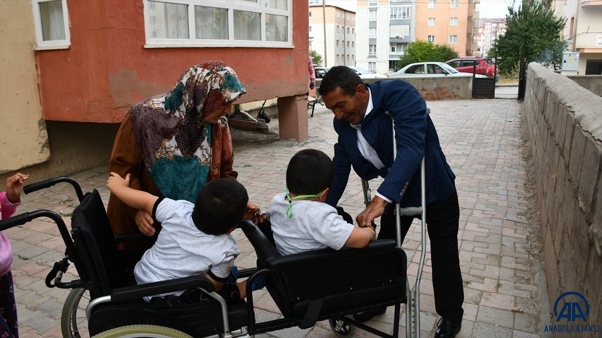 Sivas ta cam kemik hastası ikizlere tekerlekli sandalye üretildi #8